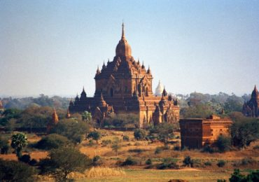 Htilominlo Pahto, 46m high, built in 1248 by will of king Nataungmya, set in the northern part of Bagan's spectacular plain dotted by more than 2000 stupas dating back to 800 years ago over an area of 40 Km2